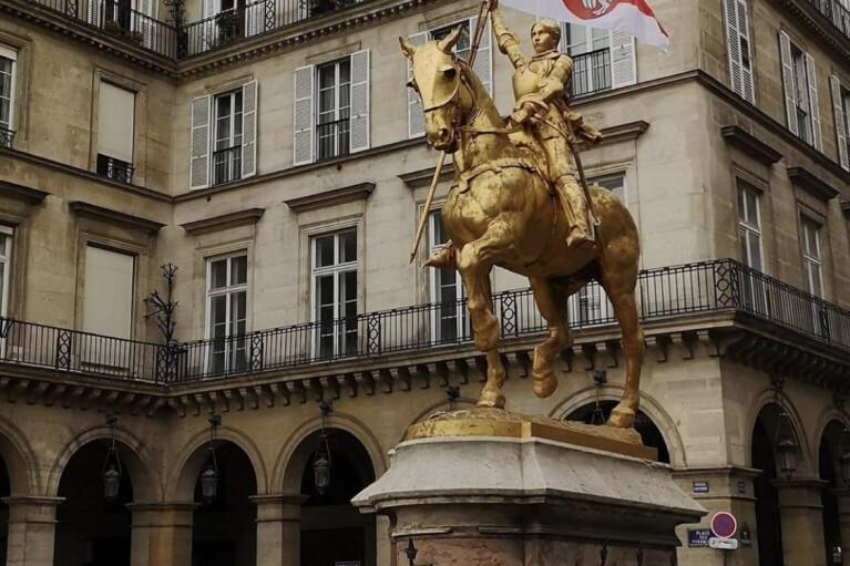 Памятник Жанне д'Арк в Париже украсили флагом Беларуси