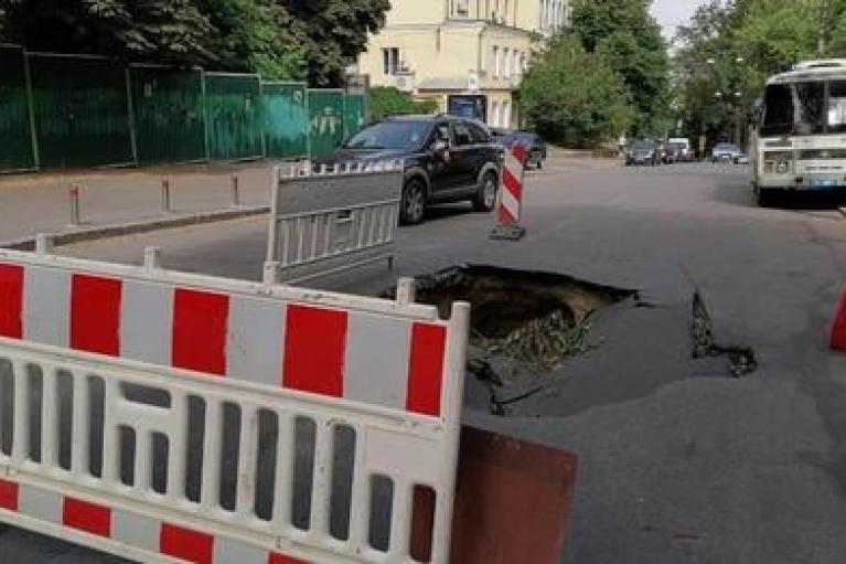 На дороге возле Офиса президента в Киеве появилась огромная яма (ФОТО)
