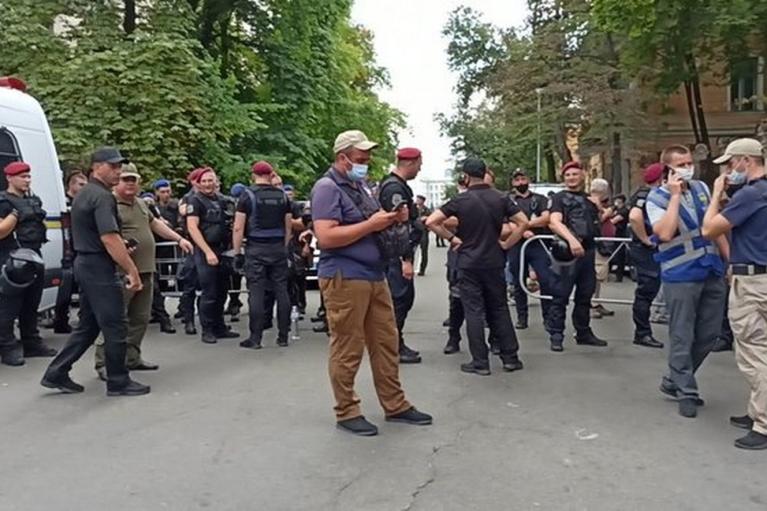 На ЛГБТ-акції під офісом Зеленського почалися сутички активістів з поліцією: силовики застосували газ (ФОТО, ВИДЕО)