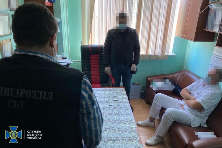 """В Одессе разоблачили врачей, которые требовали деньги за """"бесплатные"""" операции на сердце (ФОТО)"""
