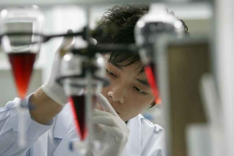 Китай сделал анальные мазки на COVID-19 обязательным условием пропуска в страну
