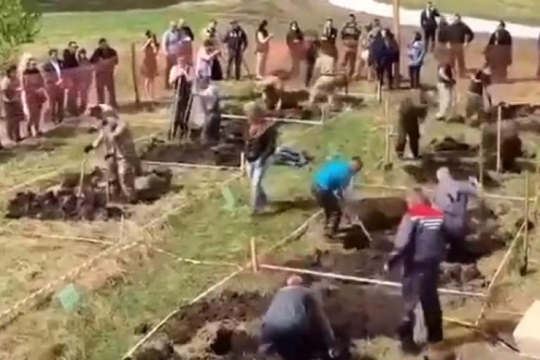 У Росії влаштували черговий конкурс зі швидкісного копання могил (ВІДЕО)