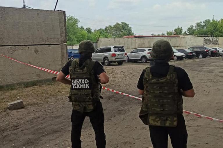 Подозревают бомбу: к авто сотрудника СБУ на Луганщине прикрепили неизвестный предмет