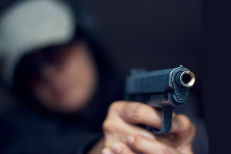 В Хмельницком двое парней устроили стрельбу с балкона по прохожим: хулиганов поймали