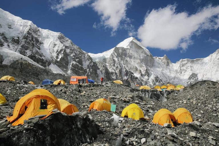 Понад сто українців не можуть вилетіти з Непалу через локдаун