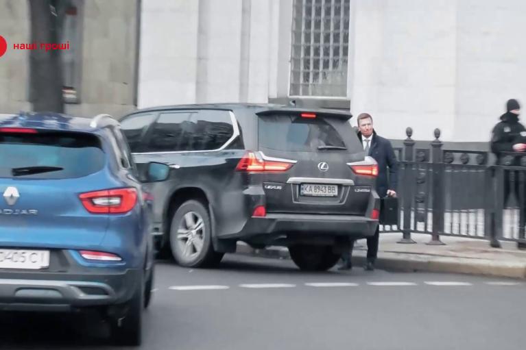 Элитный автопарк возле Рады: на каких машинах разъезжают народные депутаты (ВИДЕО)