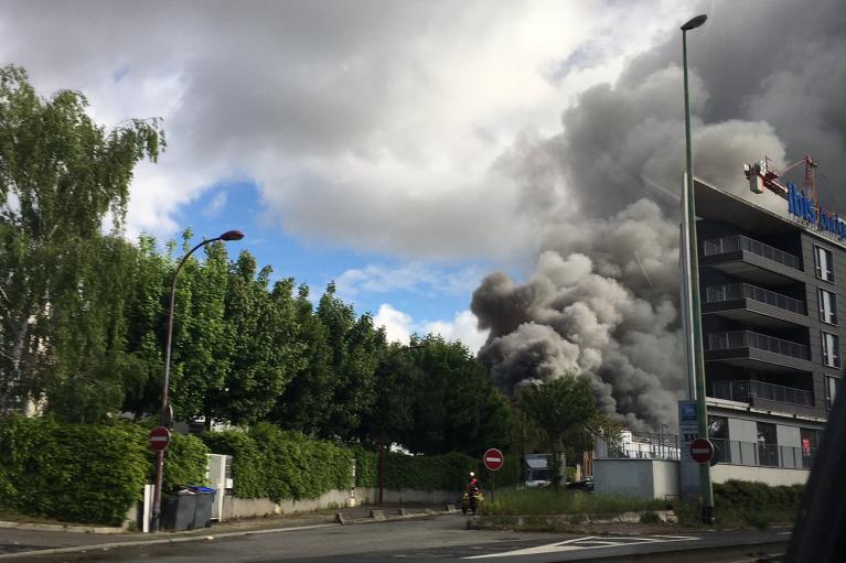 На химзаводе под Парижем произошел крупный пожар: людей эвакуируют (ФОТО, ВИДЕО)
