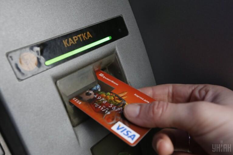 """Війна карткових комісій. Чому Приватбанк лякає """"сотнями гривень абонплати"""" за обслуговування """"пластику"""""""
