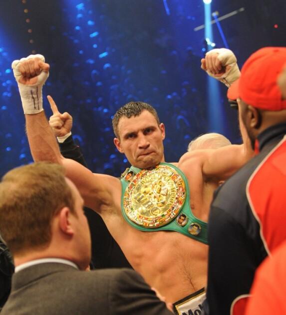 Чемпион мира в супертяжелом весе по версии WBC Виталий Кличко c боксерским поясом после окончания боя с британским боксёром Дереком Чисорой, в Мюнхене (Германия), 19 февраля 2012 г.