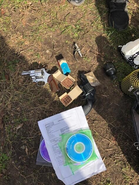 В одній зі зруйнованих квартир на Позняках знайшли зброю та вибухівку