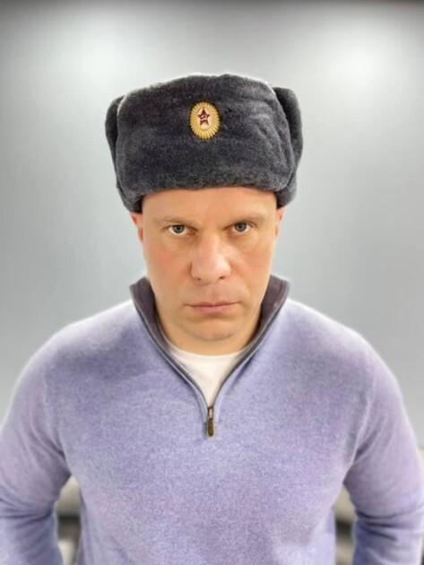 Илья Кива в шапке с советской звездой