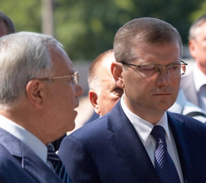 Вице-премьер-министр Украины Александр Вилкул, справа, и мэр Кривого Рога Юрий Вилкул