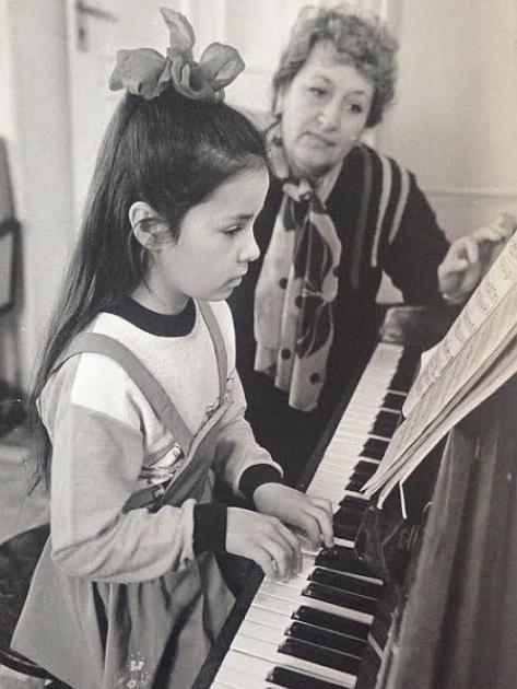 Злата Огнєвіч під час занять в музичній школі
