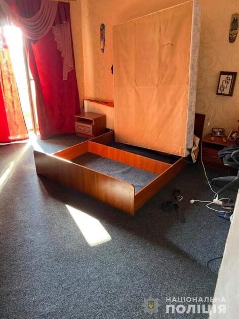 Мужчину задержали дома — он прятался в коробе кровати