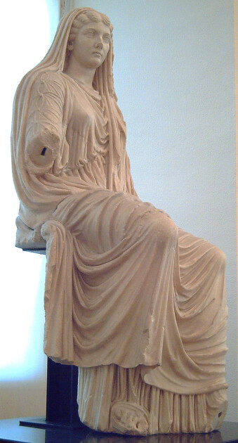 Мармурова статуя «Сидяча Лівія», Пестум, 1-а чверть I в. н. е. Експозиція Національного археологічного музею в Мадриді/Wikipedia