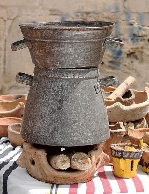 Традиционная посуда для одновременной варки кускуса и сопутствующей ему «подливы» в виде бульона, мяса, овощей и др. Во франкофонном миреона носит название кускусер (фр. couscoussière), а в арабском — борма / Wikipedia