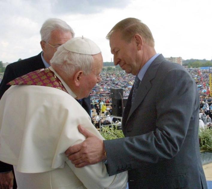 Президент Украины Леонид Кучма приветствует главу Государства Ватикан Иоанна Павла II на Львовском ипподроме 27 июня 2001 г.