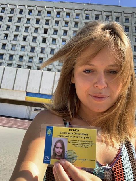 Єлизавета Ясько біля будівлі ЦВК, 2019 рік