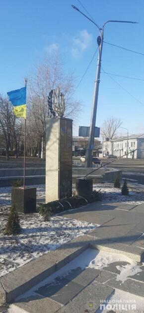 Поврежденный памятник Героям-добровольцам в Лисичанске