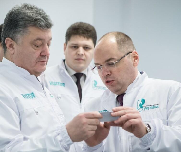 Петр Порошенко и Максим Степанов рассматривают бланк паспорта гражданина Украины нового образца в форме пластиковой карточки, 2015