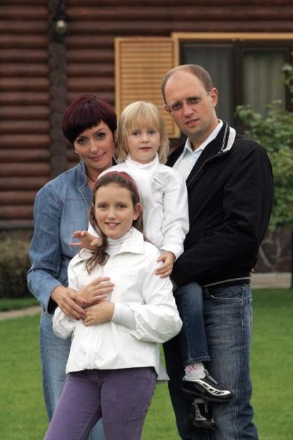 Арсений Яценюк с женой Терезией и дочерьми, 2009 г.