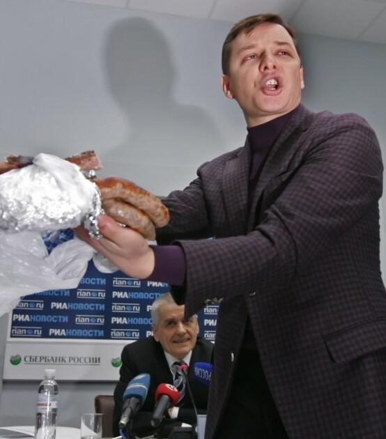 Олег Ляшко з ковбасою на прес-конференції Геннадія Онищенко