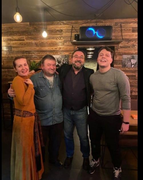 Потураєв з дружиною і друзями / сторінка дружини Потураєва в Facebook