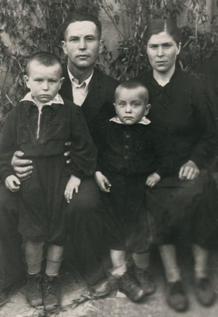 5-річний Михайло Поплавський (зліва) з отцем Михайлом Романовичем, матір'ю Меланією Григорівною і молодшим братом Станіславом в с. Мечиславка на Кіровоградщині в 1954 р