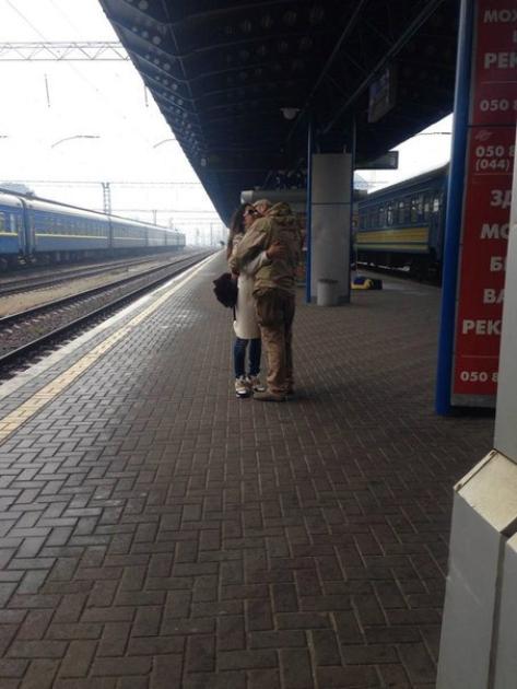 Злата Огнєвіч із коханим на пероні залізничного вокзалу в Києві