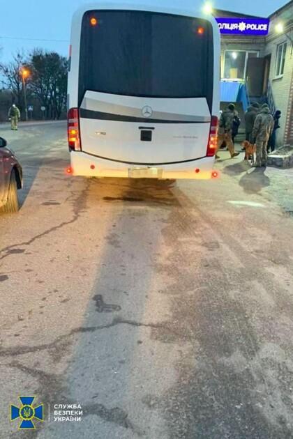 """Автобусы с """"титушками"""" задержали на подъездах к Харькову"""