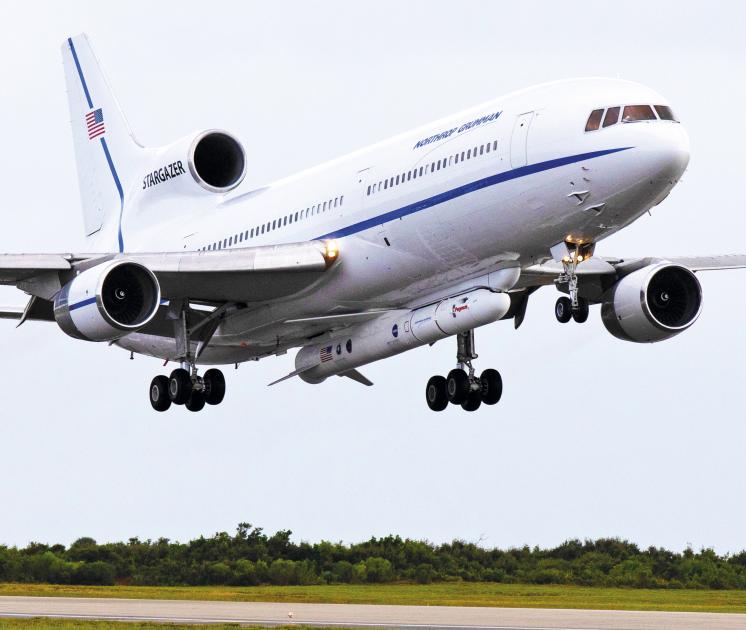 Космічні сили США навчилися запускати військові супутники взагалі без космодромів Космодромом служить літак-носій Stargazer — модифікований авіалайнер Lockheed L-1011 TriStar/NASA