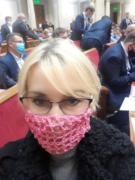 Елизавета Богуцкая в вязаной маске