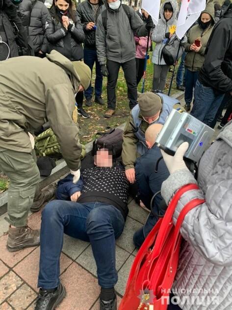 Правоохранители оказали первую домедицинскую помощь участнику акции в Киеве, которому стало плохо