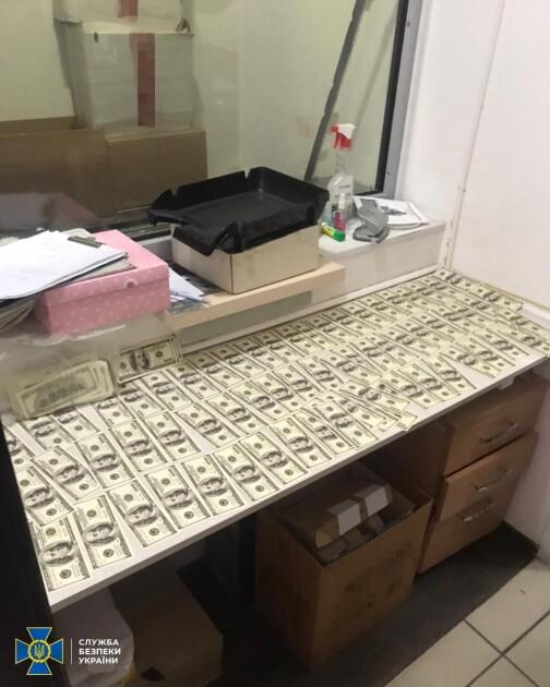 Гроші передавали через пункт обміну валют