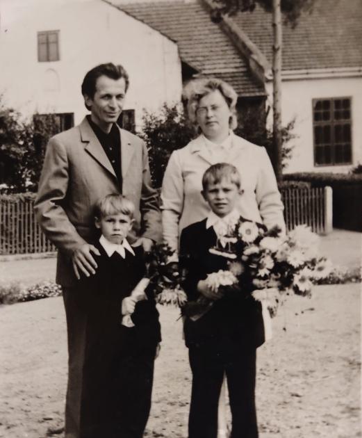 Олег Барна с родителями и младшим братом