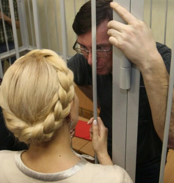 Юрий Луценко и лидер партии «Батькивщина» Юлия Тимошенко во время предварительного слушания дела в Печерском районном суде Киева, май 2011 г.