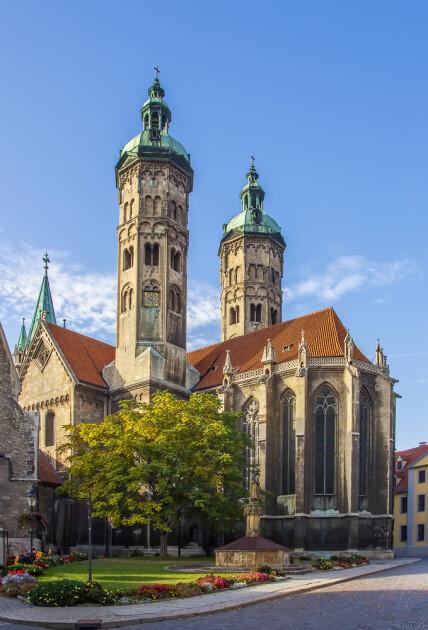 Кафедральный собор святых апостолов Петра и Павла (нем. Naumburger Dom), центр Наумбургско-Цайцского епископства с 1029 по 1615 год. По всем канонам, история знаменитых рождественских штолленов началась именно здесь