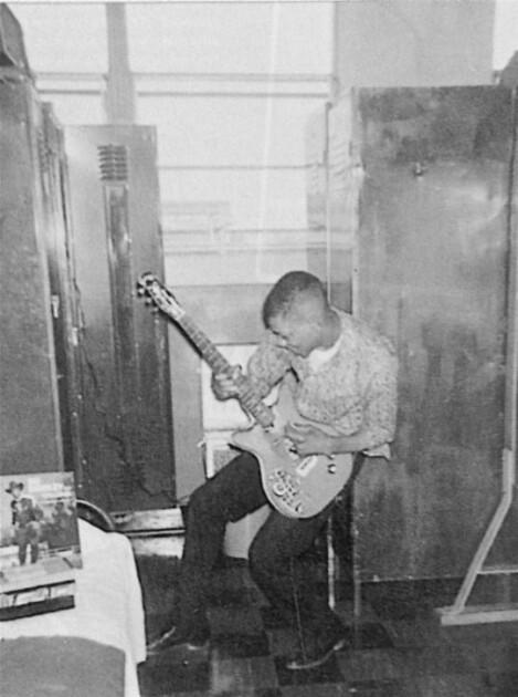 Юный Джими Хендрикс с гитарой / blouzin.ch