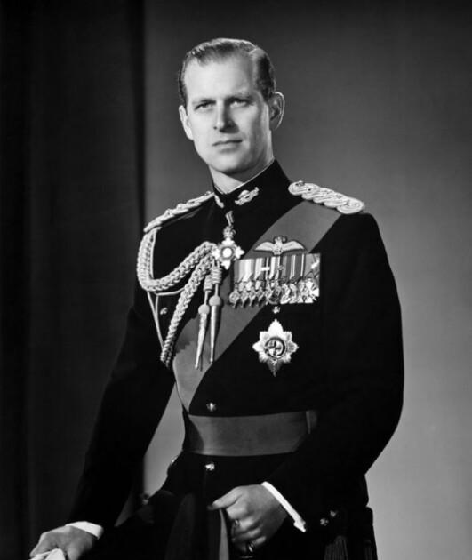 Принц Филипп с наградами, полученными за службу на флоте